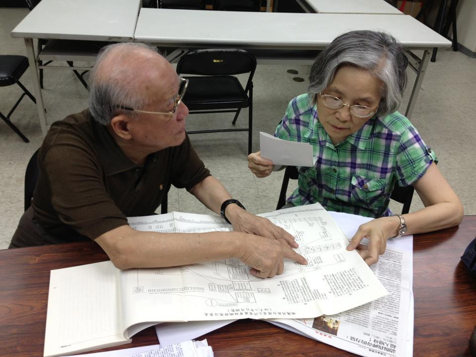 陳明忠先生與倪慧如女士正在看四十年代末期省工委的組織架構圖